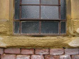 zerstoerte Fenstergewaende